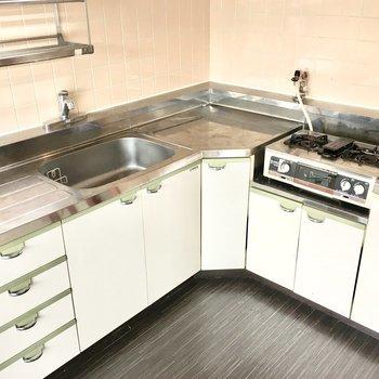 調理のしやすいL字型キッチン!(※写真は1階反転間取り別部屋、清掃前のものです)