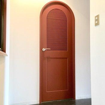 アーチのかかった赤い扉にキュン♪(※写真は1階反転間取り別部屋、清掃前のものです)