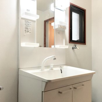 洗面台はキレイなシャンプードレッサー。(※写真は1階反転間取り別部屋、清掃前のものです)