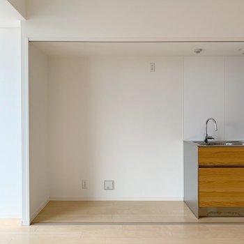 左端は収納に。冷蔵庫を置いてもまだゆとりはありそう。来客用のスツールとか?