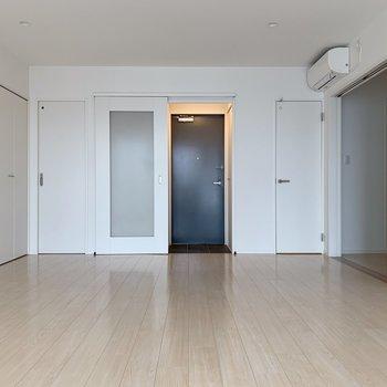 くるっと反対側。玄関は引き戸で仕切れるようになっています。