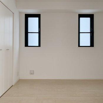 洋室へ。小窓が仲良く並んでます。