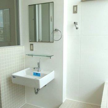 洗面台はこちらに(※写真は5階の同間取り別部屋のものです)