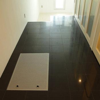 ブラックでシックな床(※写真は5階の同間取り別部屋のものです)