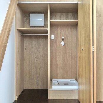 洗濯機置場はどこかなと思いきや、居室の木の箱の中にありました。クローゼットも一緒になっています