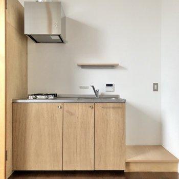 食器も木で揃えたくなるキッチンですね