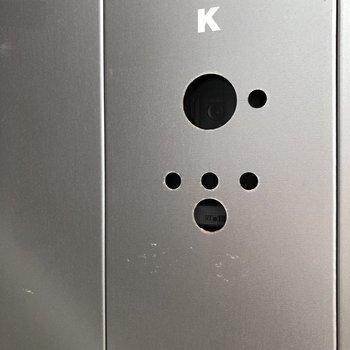 この穴なんだろう?とよく見ると、インターホンでした。かっこいい〜!
