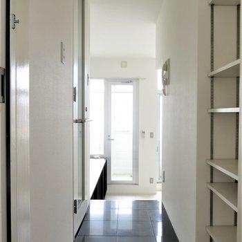玄関開けるとスタイリッシュ空間。(※写真は6階の同間取り別部屋のものです)