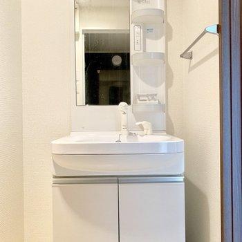 洗面台横のスペースにタオルラックを。(※写真は清掃前のものです)