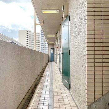 細長い共用廊下。