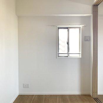 小窓もあります。カーテンレール付いてるのでカーテン買うだけ!(※写真は6階の同間取り別部屋のものです)