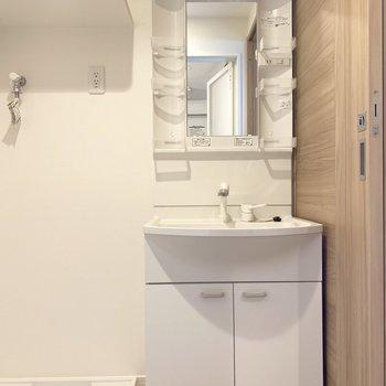 嬉しい独立洗面台(※写真は6階の同間取り別部屋のものです)