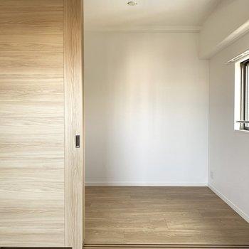 お隣の洋室は戸で仕切ることも◎(※写真は6階の同間取り別部屋のものです)