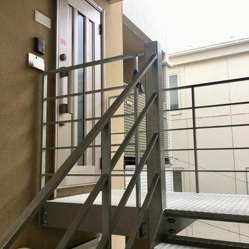 階段を上ってお部屋まで。