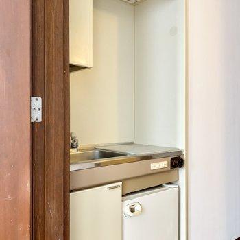 キッチンは上下に収納があります