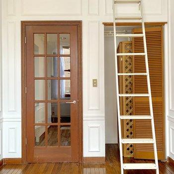 【リビング】扉はドールハウスみたいで可愛い