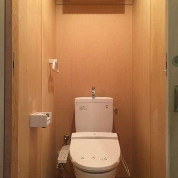 ウォシュレット付き、上部に棚あり※写真は1階の同間取り別部屋のものです