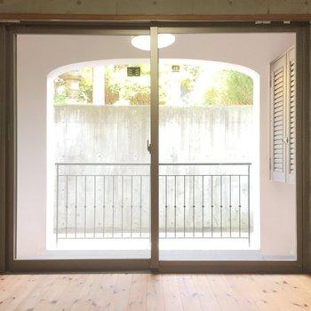 奥の部屋にも大きな窓!※写真は1階の同間取り別部屋のものです