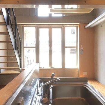 キッチン側からの眺め※写真は1階の同間取り別部屋のものです