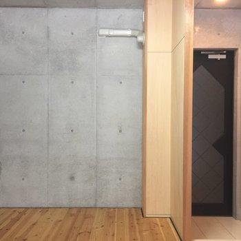 玄関はあちら※写真は1階の同間取り別部屋のものです