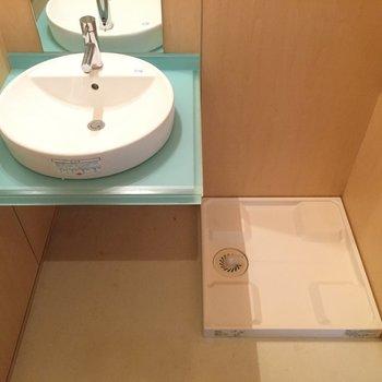 洗面台かわいい!※写真は1階の同間取り別部屋のものです