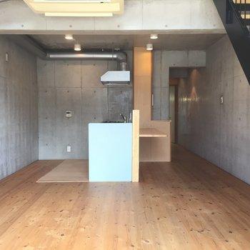 無垢の床と打ちっぱなしコンクリート!※写真は1階の同間取り別部屋のものです