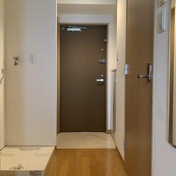 廊下は広めです。大きめの洗濯機も大丈夫。※写真は7階の同間取り別部屋のものです