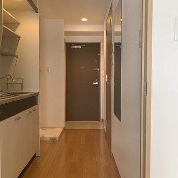 お次は、全身鏡のある廊下へ。※写真は7階の同間取り別部屋のものです