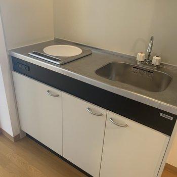キッチンはコンパクト。※写真は7階の同間取り別部屋のものです