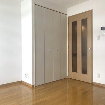 テレビはこちら側に。※写真は7階の同間取り別部屋のものです