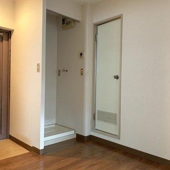 カーテンで洗濯機も隠せますよ※写真は1階の同間取り別部屋のものです