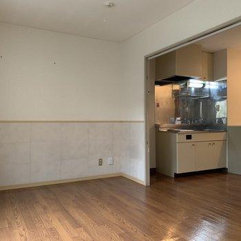 すぐキッチンにいけちゃいますね※写真は1階の同間取り別部屋のものです