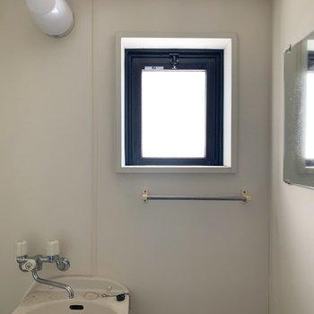 小窓付きなので換気もしっかり○大きめ鏡もうれしい○(※写真は5階の同間取り別部屋、清掃前のものです)