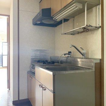 キッチン右側に冷蔵庫おけるよ♪(※写真は5階の同間取り別部屋、清掃前のものです)