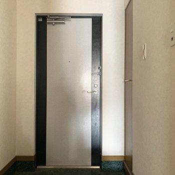 玄関は傘立てとかも置けそう○(※写真は5階の同間取り別部屋、清掃前のものです)