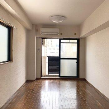 角部屋で、2面採光がうれしい♪(※写真は5階の同間取り別部屋、清掃前のものです)