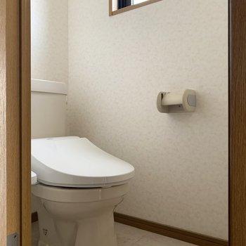トイレはウォシュレットと小窓付き♪(※写真は5階の同間取り別部屋、清掃前のものです)