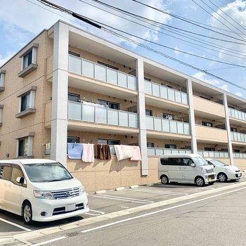 駅からも近くの3階建てアパートです。