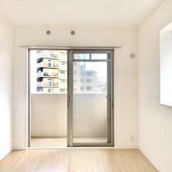 6.6帖の洋室はバルコニー付き。寝室として使うのによさそうです♪(※写真は2階の反転間取り角部屋のものです)