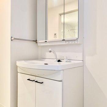3面鏡の大きめ洗面台です。(※写真は2階の反転間取り角部屋のものです)