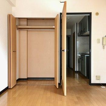 収納横がキッチンにつながる通路です。(※写真は5階の反転間取り角部屋のものです)