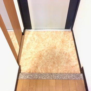 玄関は普通サイズ。シューズボックスには全身鏡付き。(※写真は5階の反転間取り角部屋のものです)