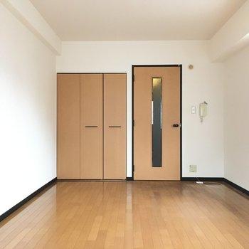 シンプルなお部屋はどんな家具も合わせやすい!(※写真は5階の反転間取り角部屋のものです)