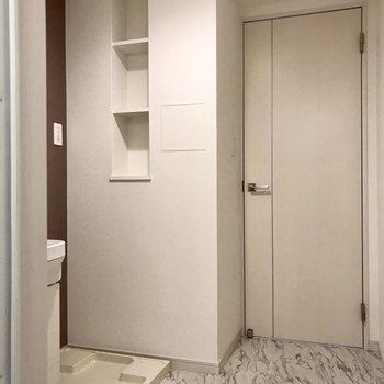 サニタリーにはちょっとした棚が。洗剤をお洒落なボトルに入れて置きたい。(※写真は3階の反転間取り別部屋のものです)