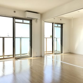 窓に囲まれた開放感あふれる空間。(※写真は3階の反転間取り別部屋のものです)