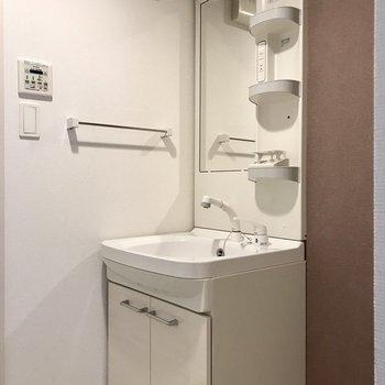 使いやすい洗面台。タオルもちょうどいい高さにかけられます。(※写真は3階の反転間取り別部屋のものです)