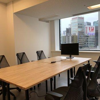 会議室には大きなデスク(※ホワイトボードもあります)