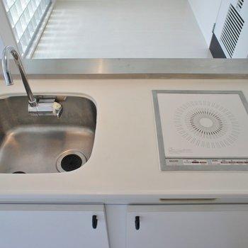 キッチンはスタイル重視。※写真は同タイプの別部屋のもの