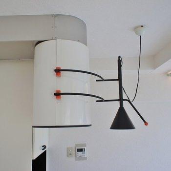 個性的なライトと換気扇。※写真は同タイプの別部屋のもの
