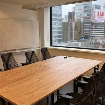 会議室には大きなデスクとホワイトボード